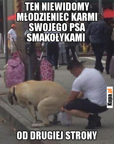 Ten niewidomy młodzieniec karmi swojego psa smakołykami